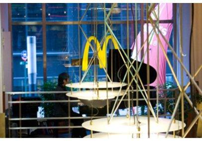Bei McDonalds sitzt ein Mann am schwarzen Klavier.