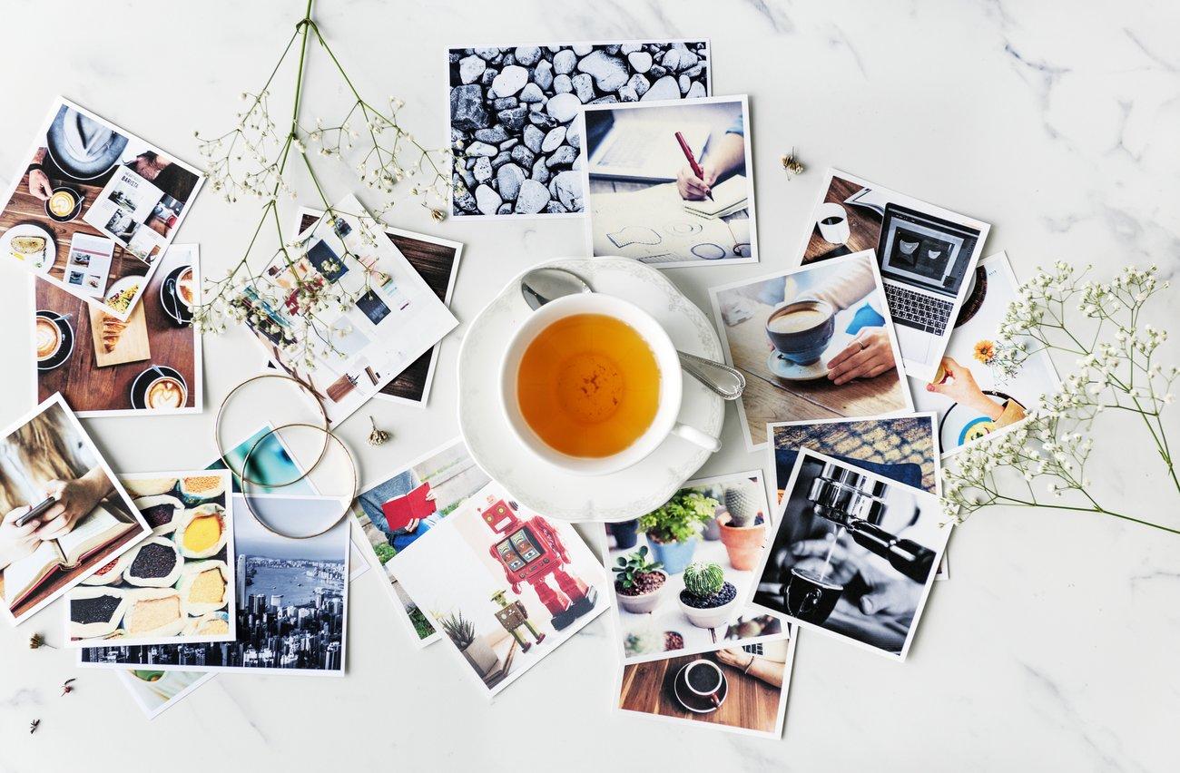 Eine Tasse Tee steht auf dem Tisch, daneben liegen verschiedene Fotos und Andenken