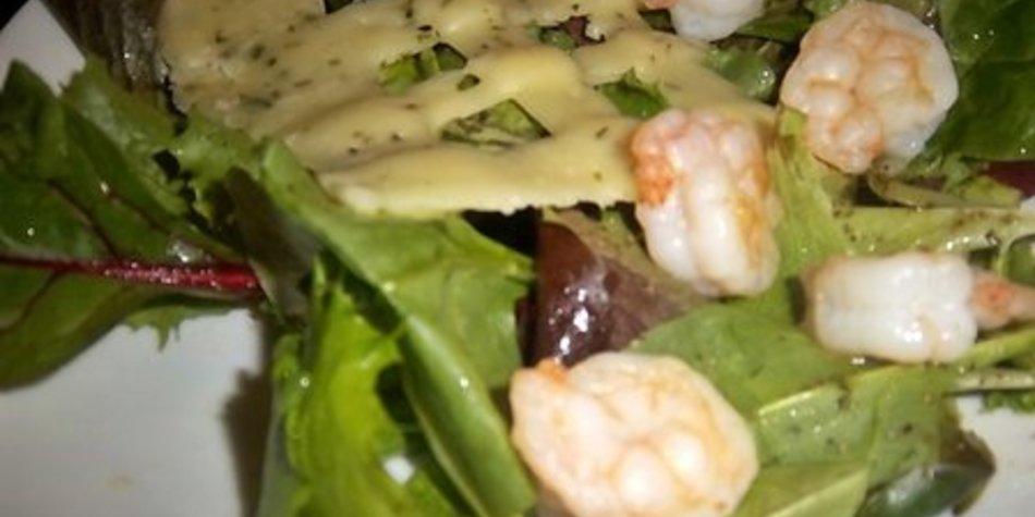 Frühlingssalat mit Käsegitter und Garnelen