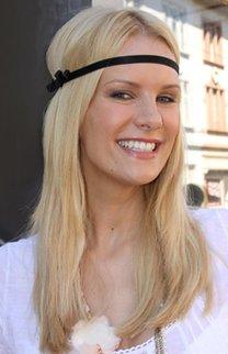 Monica Ivancan mit schwarzem Stirnband