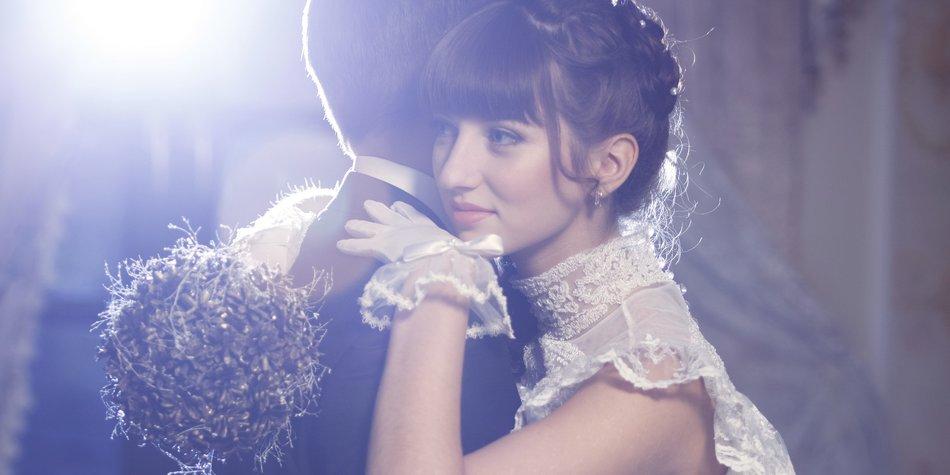 Bride and groom stand in restaurant. Blue Back lighthttp://dkphoto.ru/wp-content/uploads/2012/04/0002-NUDE.jpg