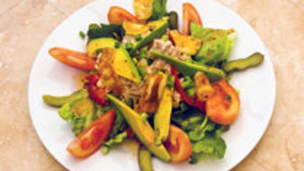 Frischer Rucola-Salat mit Avocado und Hähnchenstreifen