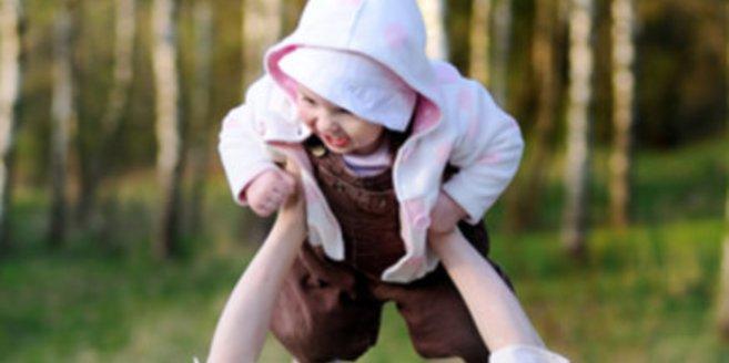 Wachstumsschub: Baby wird von Mama in die Luft gehoben