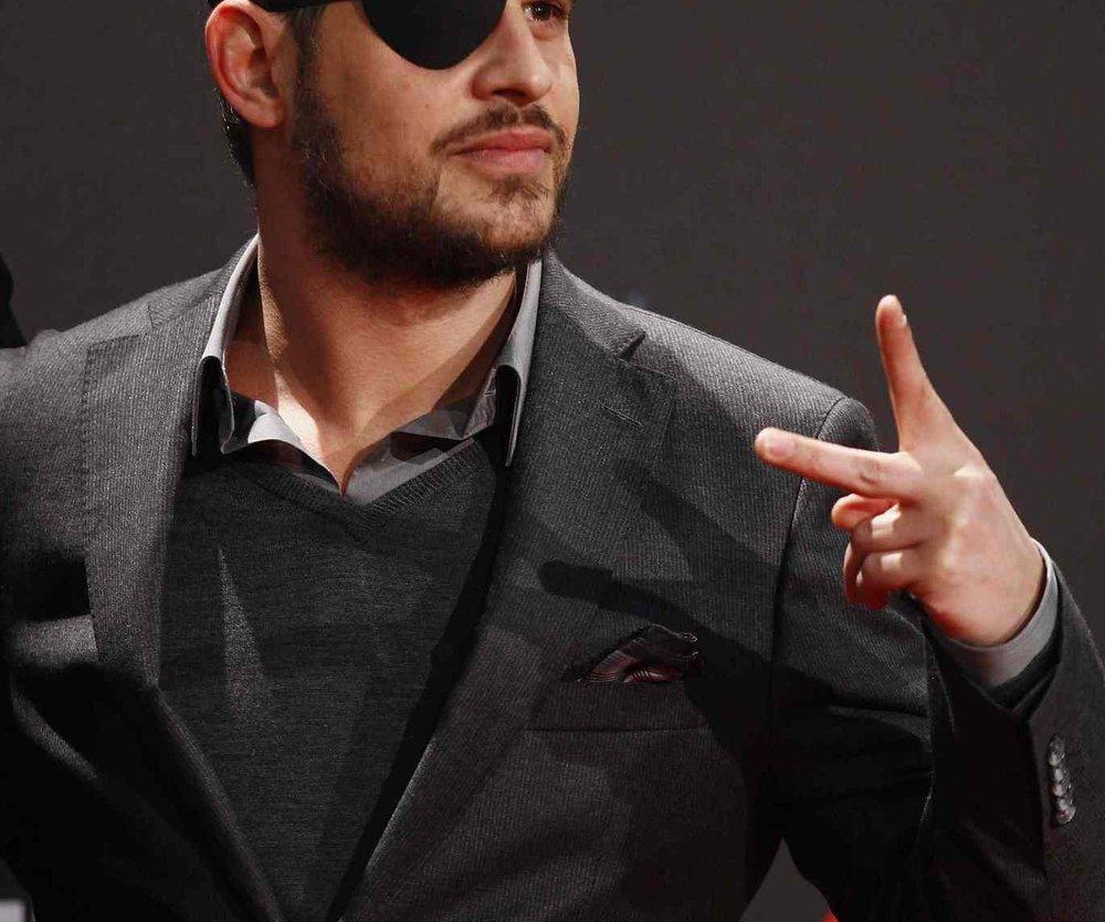 Moritz Bleibtreu trägt eine Augenklappe