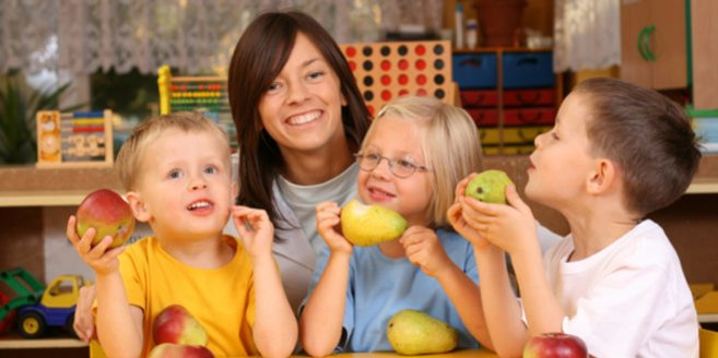 Evangelischer Kindergarten: Erzieherin mit Kindern