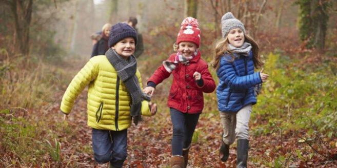 Spielzeugfreier Kindergarten: Kinder spielen draußen.