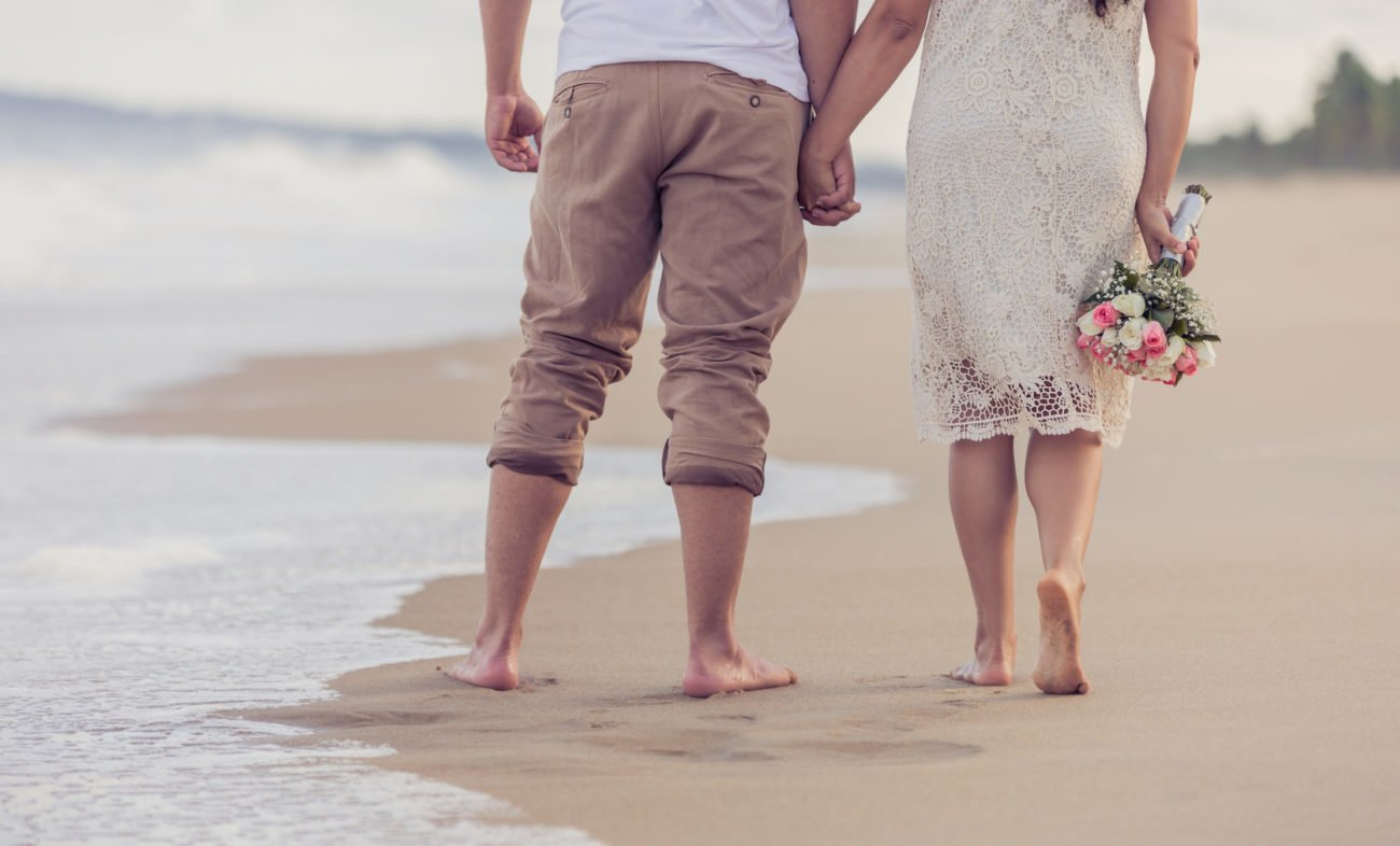 Paar spaziert am Strand