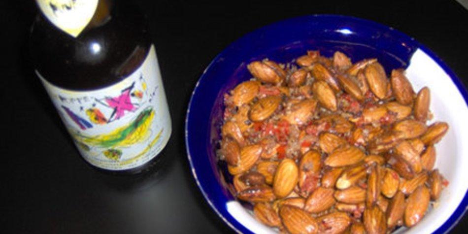 Gebratene Mandeln mit Salz und Chili