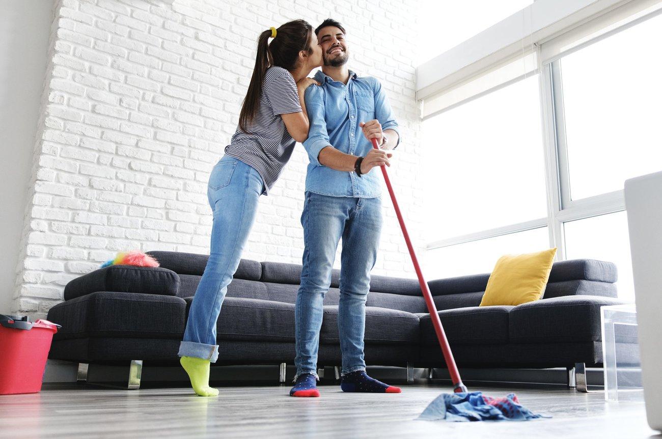 Pärchen beim Putzen