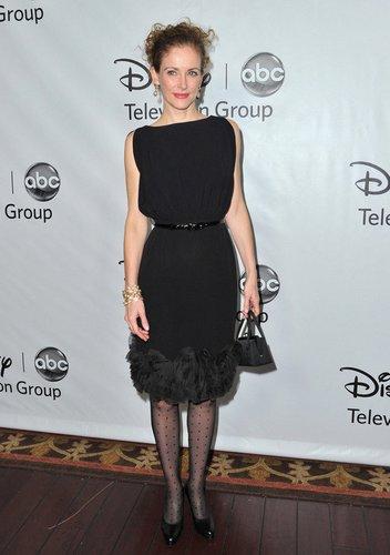 The Mentalist-Darstellerin Leslie Hope in einem schwarzen Kleid.