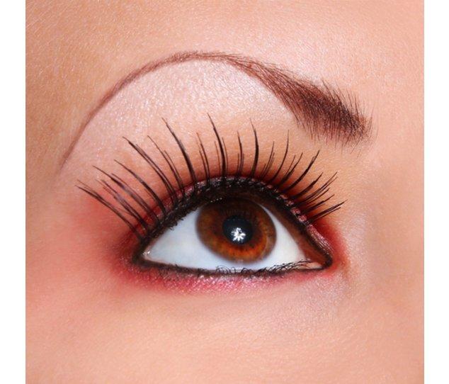 Mit einer Wimpernverlängerung wird der Augenaufschlag intensiver