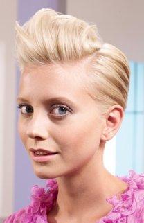 Blonder Kurzhaarschnitt mit toupierter Tolle