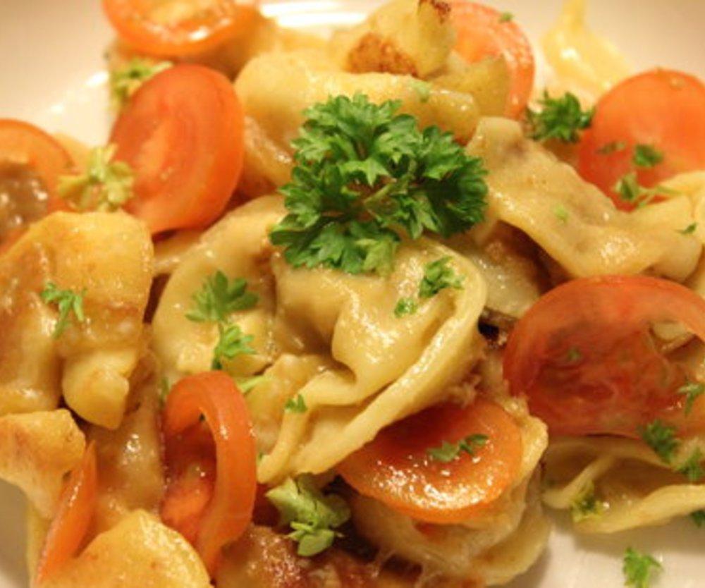 Tortellini- Käse- Tomatensalat