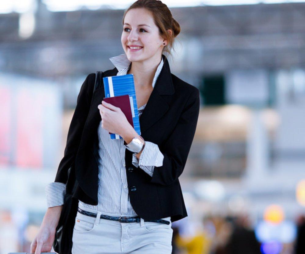 Frau am Flughafen