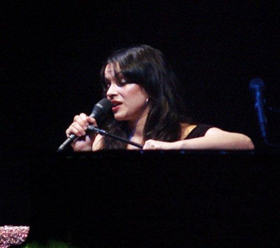 Norah Jones singt und schauspielert