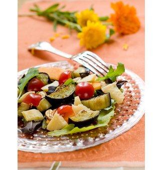 Gegrillter Gemüsesalat servierfertig