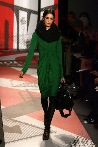 Gerafftes Kleid in dunkelgrün mit Docotrbag und Schal von DKNY