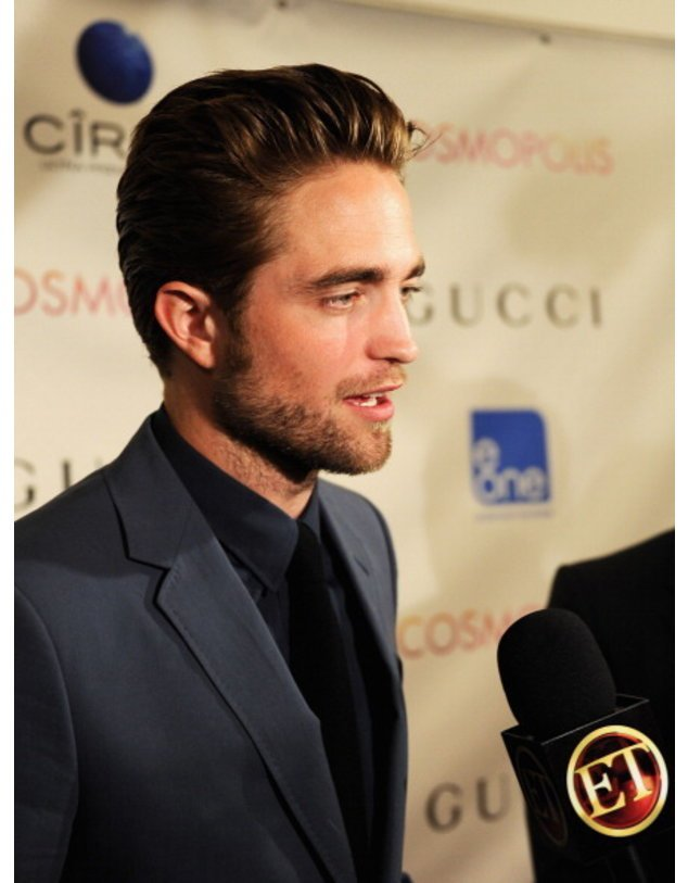 Robert Pattinson spricht in ein Mikro