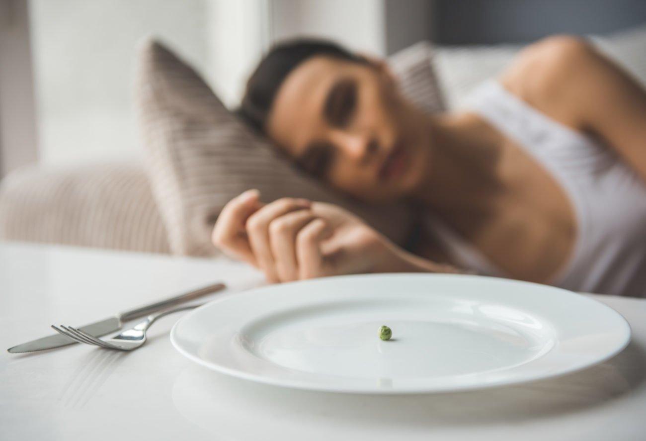 Junge Frau isst nichts