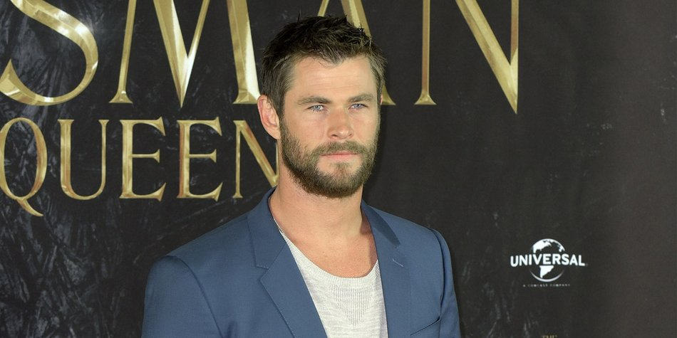 """HAMBURG, GERMANY - MARCH 30: Chris Hemsworth attends """"The Huntsman & The Ice Queen"""" Photocall at Park Hyatt Hamburg on March 30, 2016 in Hamburg, Germany. (Photo by Christian Augustin/Getty Images)"""