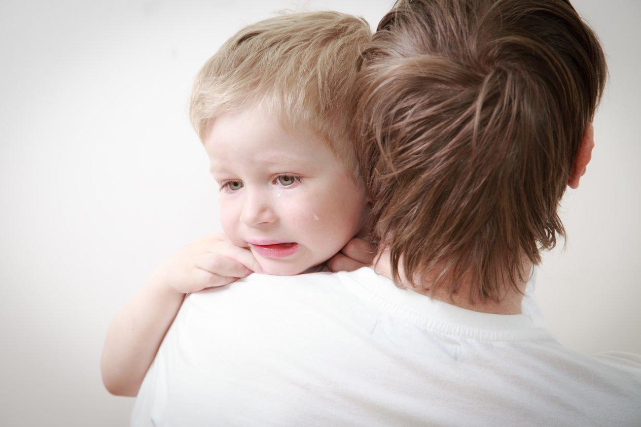 Vater tröstet Sohn
