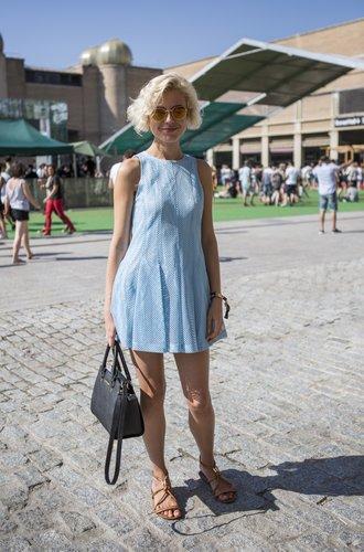 Himmelblaues Kleid in Netzoptik