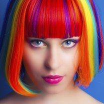 Frau mit bunten Haaren