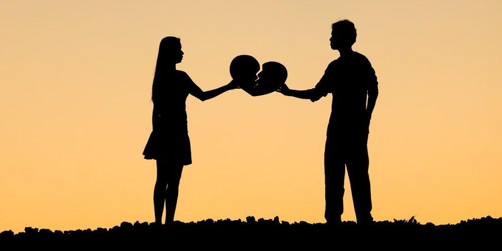 Eine Fernbeziehung bringt einige Probleme mit sich, die ein Paar jedoch überwinden kann. Die folgenden Signale deuten allerdings auf das Beziehungsende hin.