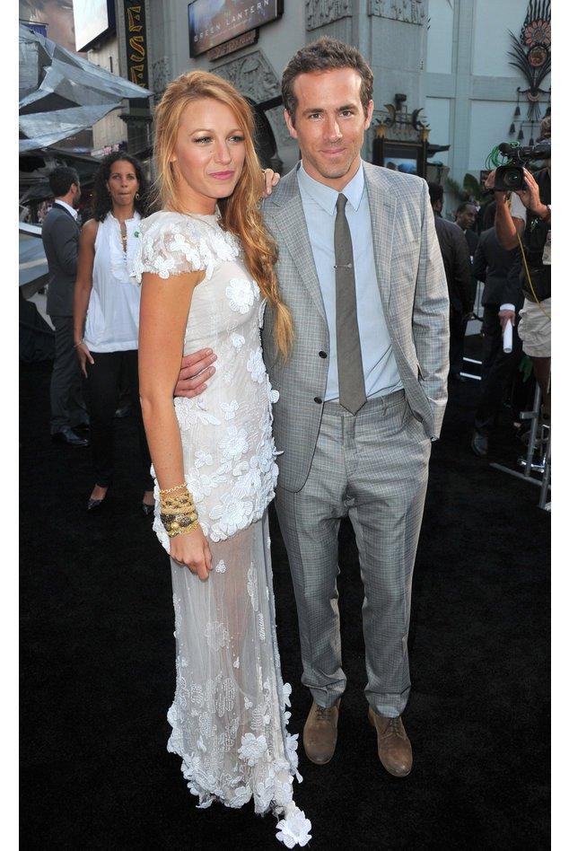 Blake Lively in einem weißen Spitzenkleid und Ryan Reynolds im hellen Anzug.