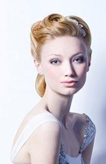 Elegante Hochzeitsfrisur mit Haarschmuck