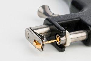 Der Schmuck wird direkt in die Ohrlochpistole eingesetzt.