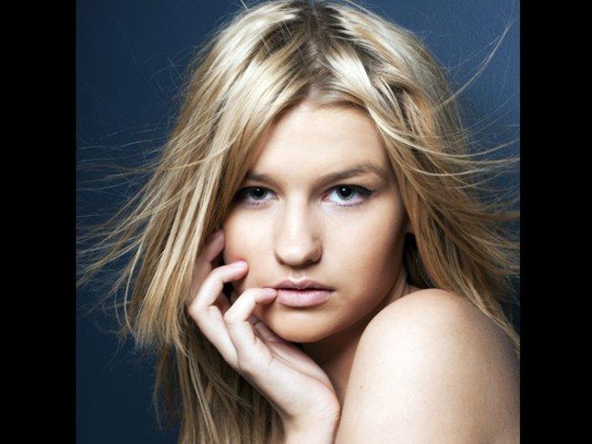 Model mit zerzausten Haaren