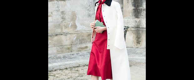 Frau mit Kleid und Mantel