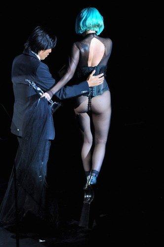 Lady Gaga strauchelt auf eine Bühne