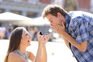 Frau macht Mann Hochzeitsantrag