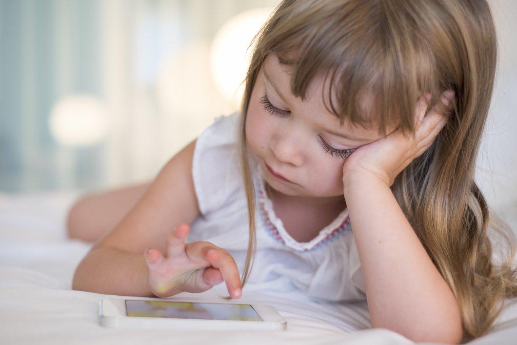 Kleinkinder Nutzung von Tablet und Handy