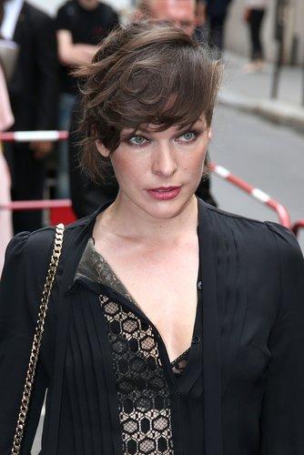 Mila Jovovich: Wuschelige Eleganz