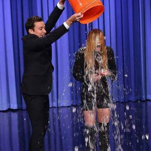 "Lindsay Lohan nimmt an der ""Ice Bucket Challenge"" teil"