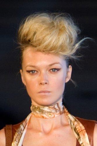 Extravagante, stark toupierte Hochsteckfrisur in Blond