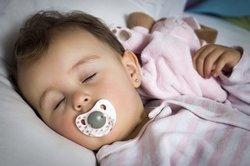 Baby 11 Monate: Schlafen mit Kuscheltier