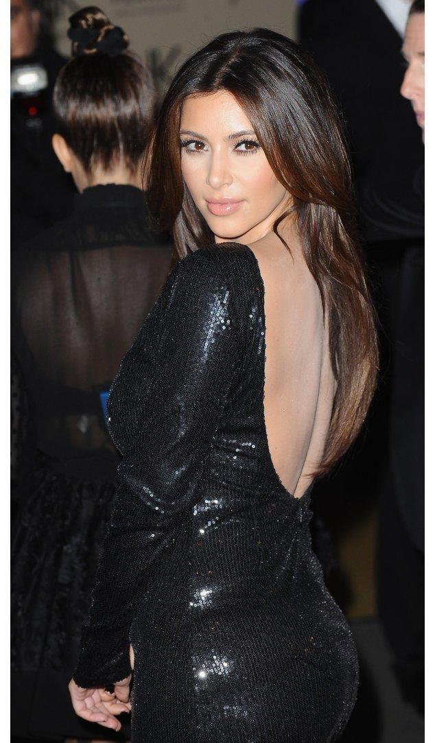 Kim Kardashian in einem schwarzen Kleid
