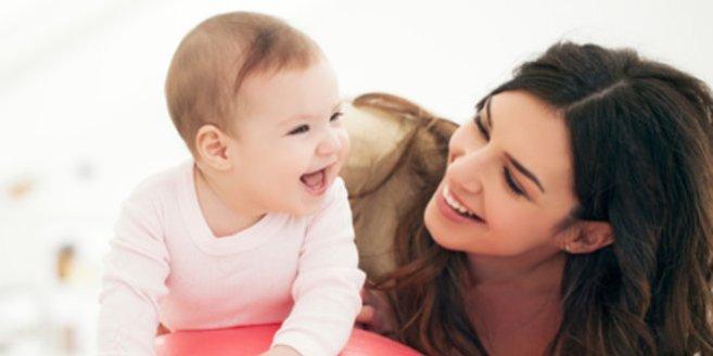 FEP:Mutter spielt mit ihrem Baby
