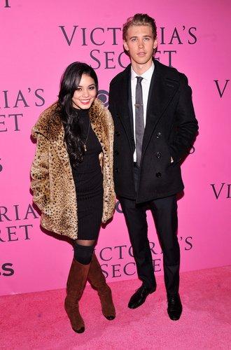 Vanessa Hudgens und Austin Butler mit Leo-Mantel und Anzug
