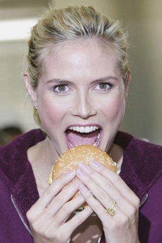 Heidi Klum beißt in einen Big Mac