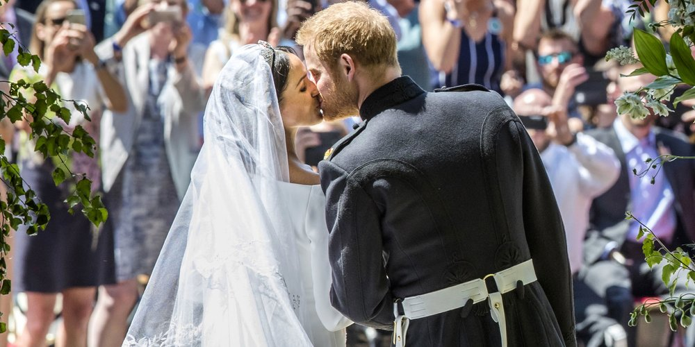 WINDSOR, UNITED KINGDOM - MAY 19: Prince Harry, Duke of Sussex and The Duchess of Sussex kiss on the steps of St George's Chapel in Windsor Castle after their wedding on May 19, 2018 in Windsor, England. (Photo by Danny Lawson - WPA Pool/Getty Images)