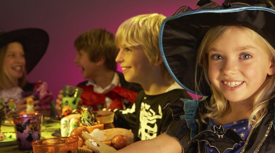 Kinder am gedeckten Halloweentisch