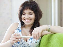 Zervixschleim und die symptothermale Methode: Frau misst ihre Temperatur.