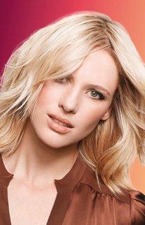 Natürlicher Schwung: Blonde, gewellte Haare