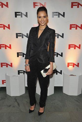 Jessica Alba trägt einen glamourösen Blazer.