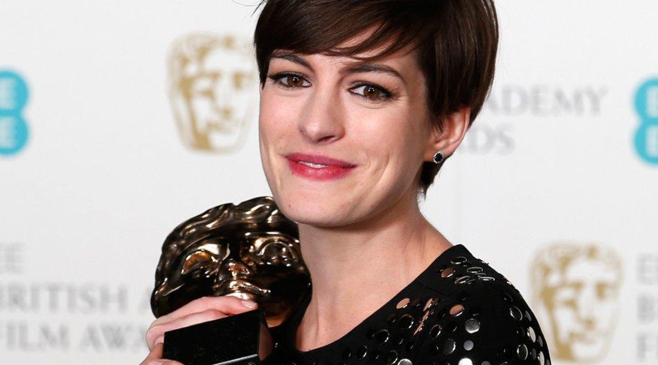 """Bei den diesjährigen Baftas gewann Anne Hathaway den Award für ihre schauspielerische Leistung in """"Les Miserables"""" und stahl allen die Show."""
